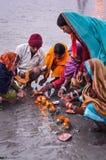 Oranje kaarsen en bloemen in West-Bengalen Stock Fotografie