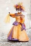 Oranje kleding en wit masker Stock Foto's