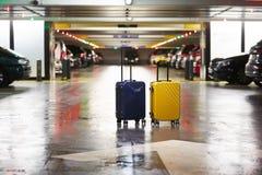 Oranje koffer op de weg in stad De zomervakantie en reisconcept royalty-vrije stock afbeelding