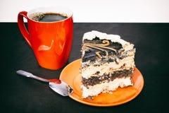 Oranje kop van koffie en een zoete plak van chocoladecake op oranje schotel Stock Foto's