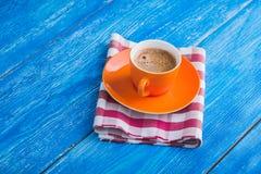 Oranje kop van koffie met servet Royalty-vrije Stock Foto