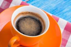 Oranje kop van koffie met servet Royalty-vrije Stock Afbeelding