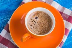 Oranje kop van koffie met servet Royalty-vrije Stock Foto's