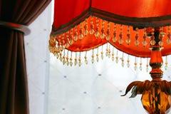 Oranje lamp tegen gordijn Royalty-vrije Stock Fotografie
