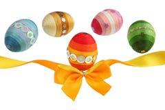 Oranje lint en kleurrijke eieren Stock Fotografie