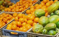 Oranje mandarijnen en papaja's in een markt royalty-vrije stock foto's