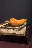 Oranje meloen zwarte achtergrond Stock Foto's