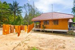 Oranje monnikskleren die op de zon drogen Stock Afbeelding