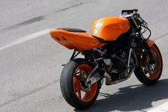 Oranje motorfiets stock fotografie