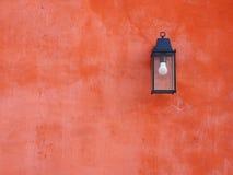 Oranje muur met lamp Royalty-vrije Stock Afbeelding