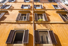 Oranje muur met vensters Royalty-vrije Stock Foto