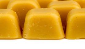 Oranje natuurlijke Australische die bijenwas op wit wordt geïsoleerd stock afbeeldingen