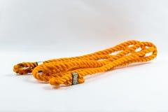 Oranje nylon die kabel op witte achtergrond wordt geïsoleerd stock afbeelding