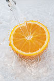 Oranje onderdompeling in water Stock Afbeeldingen
