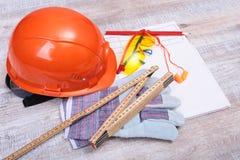 Oranje oordopje, bouwvakker, veiligheidsbril, handschoenen Oordopje om lawaai op een witte achtergrond te verminderen royalty-vrije stock afbeelding