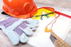 Oranje oordopje, bouwvakker, veiligheidsbril, handschoenen Oordopje om lawaai op een witte achtergrond te verminderen royalty-vrije stock fotografie