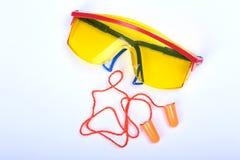 Oranje oordopje, bouwvakker, veiligheidsbril, handschoenen Oordopje om lawaai op een witte achtergrond te verminderen u kunt uw p royalty-vrije stock foto's