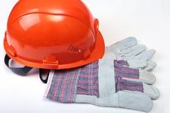 Oranje oordopje, bouwvakker, veiligheidsbril, handschoenen Oordopje om lawaai op een witte achtergrond te verminderen u kunt uw p stock fotografie