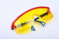 Oranje oordopje en veiligheidsbril Oordopje om lawaai op een witte achtergrond te verminderen stock foto