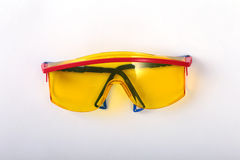 Oranje oordopje en veiligheidsbril Oordopje om lawaai op een witte achtergrond te verminderen stock foto's