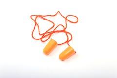 Oranje oordopje en veiligheidsbril Oordopje om lawaai op een witte achtergrond te verminderen royalty-vrije stock foto's