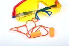 Oranje oordopje en veiligheidsbril Oordopje om lawaai op een witte achtergrond te verminderen stock afbeeldingen