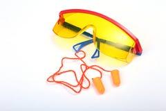 Oranje oordopje en veiligheidsbril voor het werk Oordopje om lawaai op een witte achtergrond te verminderen stock afbeelding