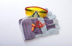 Oranje oordopje, veiligheidsbril en glovs Oordopje om lawaai op een witte achtergrond te verminderen stock afbeelding