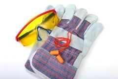 Oranje oordopje, veiligheidsbril en glovs Oordopje om lawaai op een witte achtergrond te verminderen stock fotografie