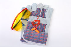 Oranje oordopje, veiligheidsbril en handschoenen voor het werk Oordopje om lawaai op een witte achtergrond te verminderen royalty-vrije stock foto