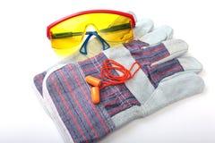 Oranje oordopje, veiligheidsbril en handschoenen voor het werk Oordopje om lawaai op een witte achtergrond te verminderen royalty-vrije stock fotografie