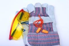 Oranje oordopje, veiligheidsbril en handschoenen voor het werk Oordopje om lawaai op een witte achtergrond te verminderen royalty-vrije stock afbeeldingen