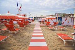 Oranje paraplu's en chaise zitkamers op het strand van Rimini daarin Royalty-vrije Stock Afbeeldingen