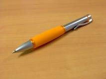 Oranje Pen met het Knippen van Weg Stock Afbeeldingen