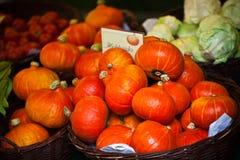 Oranje pompoenen in een markt Stock Afbeeldingen