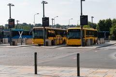 Oranje pubblic bus bij het busstation in Vejle Denemarken royalty-vrije stock afbeeldingen