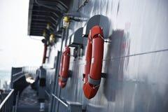 Oranje reddingsboei klaar voor gebruik in geval van nood stock afbeelding