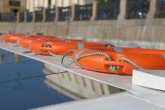 Oranje reddingsboeien aan boord Royalty-vrije Stock Fotografie