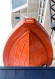 Oranje Reddingsboot over Blauw Hull royalty-vrije stock fotografie