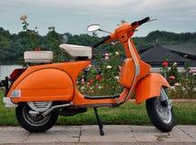 Oranje retro vespa Stock Foto