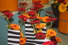 Oranje, rode en gele gerberabloemen in een zak Royalty-vrije Stock Foto