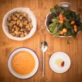 Oranje romige soep met croutons stock afbeeldingen