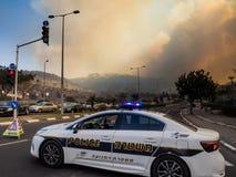 Oranje rook van een brand over de stad van Haifa royalty-vrije stock foto