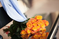 Oranje rozen op een datum van paar Stock Foto's