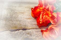 Oranje rozen op uitstekende houten achtergrond Royalty-vrije Stock Fotografie