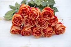 Oranje rozen op witte rustieke houten achtergrond Royalty-vrije Stock Fotografie