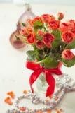 Oranje rozen in vaas Stock Foto