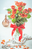 Oranje rozen in vaas Royalty-vrije Stock Afbeeldingen