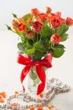 Oranje rozen in vaas Stock Foto's