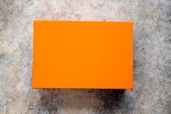 Oranje schoendoos met gesloten deksel stock afbeelding